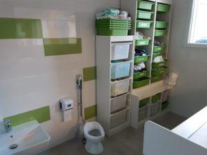 Salle de change avec casier individuel pour chaque enfant